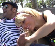 Gostosa rabuda sentando na pica na praça